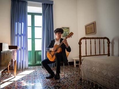 Samuel Diz, con la guitarra de Federico García Lorca en la Huerta de San Vicente.
