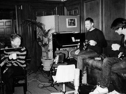 Radiohead, durante un ensayo en el estudio. Abajo, imágenes de la caja-disco de <i>In Rainbows</i>.