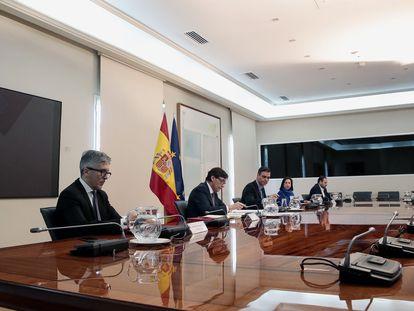 Videoconferencia de Pedro Sánchez con los presidentes de las comunidades autónomas.