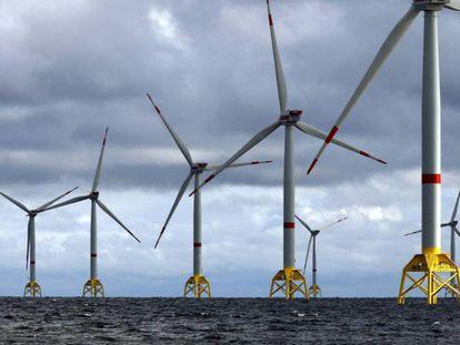 Molinos de energía eólica marina.