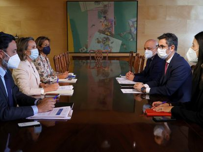 Félix Bolaños, durante la reunión mantenida este martes con la portavoz del PP en el Congreso, Cuca Gamarra.