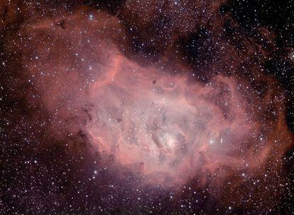 La nebulosa Messier 8 o Nebulosa de la laguna, en la constelación de Sagitario.