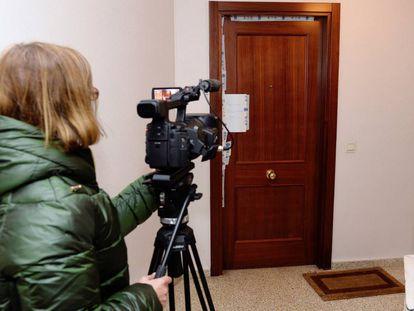 Vista de la puerta precintada del domicilio en el apareció muerta la mujer asesinada por su hijo.