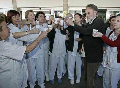 El doctor Montes celebra el archivo de la causa delante del hospital el pasado 28 de enero.
