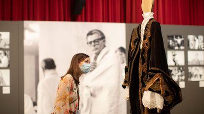 Una mujer observa el traje que Donald Sutherland usó en el film 'El Casanova', bajo la atenta mirada de Marcello Mastroianni.
