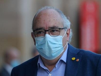 El consejero de Educación, Josep Bargalló, llegando al Parlament.