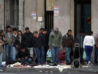 Un mercadillo ilegal en el centro de Madrid.