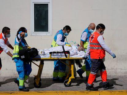 Sanitarios trasladan a un paciente al Hospital 12 de Octubre de Madrid