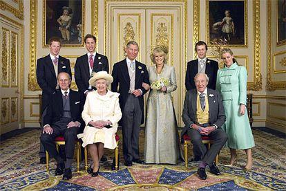 Foto oficial de la boda del príncipe Carlos de Inglaterra y Camilla (en el centro). A la izquierda de él, sus hijos Enrique y Guillermo. A la derecha de ella, sus hijos Tom y Laura. Sentados, de izquierda a derecha, el duque de Edimburgo y su mujer, la reina Isabel II; y el padre de la novia, Bruce Shand.