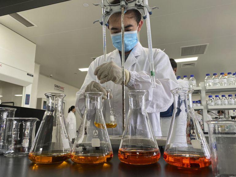 Un trabajador en los laboratorios de Sinovac donde se desarrolla una vacuna contra la covid.