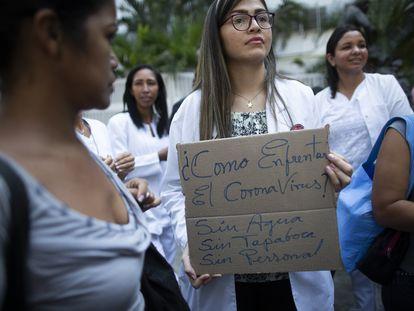 Un grupo de médicos protestan en Venezuela. En vídeo, declaraciones de la vicepresidenta de Venezuela.