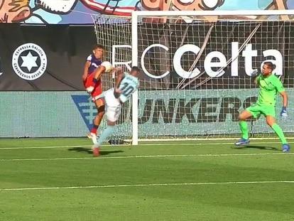 Marcos Llorente toca el balón con la mano durante el partido ante el Celta este domingo en Balaídos.