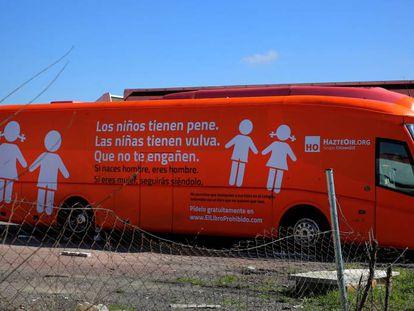 El autobús de Hazte Oír en un aparcamiento de Coslada.