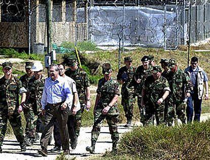 El jefe del Pentágono, Donald Rumsfeld, después de su visita al campo de prisioneros de Guantánamo.