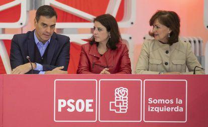 Desde la izquierda: Pedro Sánchez, Adriana Lastra y Carmen Calvo, en la ejecutiva del PSOE.