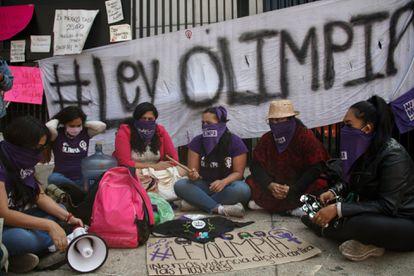Olimpia Coral Melo y otras activistas frente al Senado.