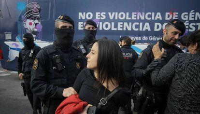 La policía frena a las diputadas de la CUP, Maria Sirvent, a la izquierda, y Natalia Sanchez cuando intentaban parar el autobús de Hazte Oír que relaciona nazismo feminismo.