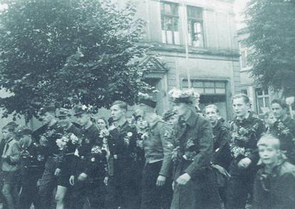 Marcha de las Juventudes Hitlerianas en Gummersbach para intervenir en la Línea Sigfrido en 1944. Habermas, en primer plano, con flores en la gorra.