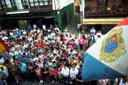 Concentración en la loclaidad cántabra de Puente de San Miguel en memoria de Celia Barquín.