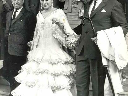 Grace Kelly y Rainiero de Mónaco salen del hotel Alfonso XIII de Sevilla el 20 de abril de 1966 en su visita a la Feria.
