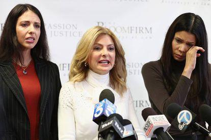 Faviola Dadis (izquierda) y Regina Simons (derecha), dos de las mujeres que han acusado por abusos sexuales a Steven Seagal, durante una rueda de prensa el pasado marzo en California con su abogada Lisa Bloom (en el centro).