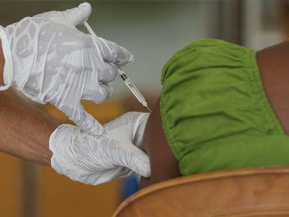 Vacunación en Colombo (Sri Lanka) con la vacuna de AstraZeneca.