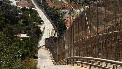 Panorámica general de la valla fronteriza de Melilla y, a su derecha, la valla marroquí.