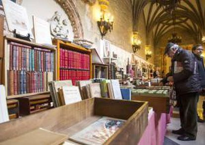 """La Biblioteca pública de San Juan de la capital burgalesa muestra desde hoy y por unos días sus joyas de libros antiguos, entre los que hay varios incunables, como la """"Biblia de Gutenberg"""", en una actividad paralela al Salón del Libro Antiguo """"Ciudad Burgos""""."""