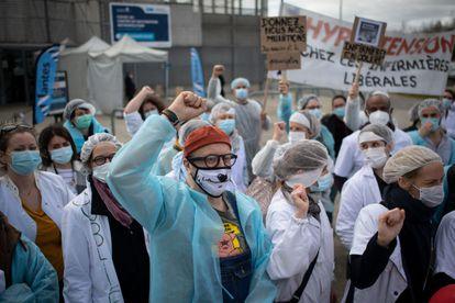 Protesta de enfermeros de la sanidad privada en Nantes, Francia, para exigir ser vacunados contra la covid, este jueves.