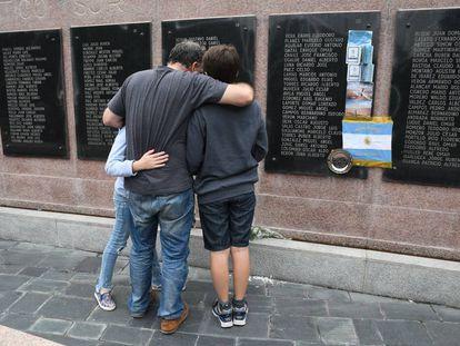 Un veterano de Malvinas recuerda a sus compañeros muertos a 35 años de la guerra, frente al cenotafio de la Plaza San Martín, en Buenos Aires.