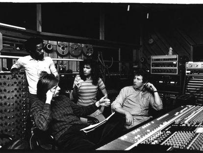 De izquierda a derecha: Nana Vasconcelos, Manfred Eicher, Pat Metheny, Jan Kongshaug en la Power Station de Nueva York (1981).