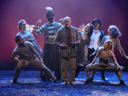 El dramaturgo y actor Pepe Viyuela representa una escena de la obra 'Mil novecientos setenta sombreros' en el Teatro Price, este martes, en Madrid.