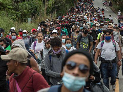 Un nuevo grupo de aproximadamente tres mil migrantes hondureños llega a Guatemala este sábado, tras cruzar el punto fronterizo de El Florido, en Camotán (Guatemala).
