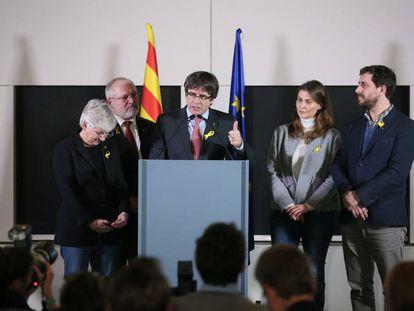 Carles Puigdemont pronuncia su discurso sobre los resultados de las elecciones regionales catalanas.