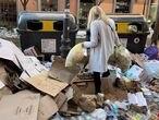 Una mujer tira dos bolsas de basura donde hay acumuladas otras tantas decenas de bolsas en un punto de Alonso Martínez, en Madrid (España), a 15 de enero de 2021. Desde que el Ayuntamiento de Madrid desplegara el dispositivo de retirada de basura este martes, el servicio de recogida ha limpiado cerca de 1.100 toneladas de residuos de las 9.000 acumuladas en las calles de la capital desde la gran nevada del 8 de enero. 15 ENERO 2021;BASURAS;FILOMENA;RESIDUOS;NIEVE Eduardo Parra / Europa Press 15/01/2021