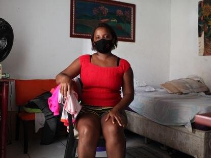 Sandra Leonora Gusmão, que desde abril hasta diciembre cobró la paga de emergencia del coronavirus, en el cuarto que alquila en São Luís, capital de Maranhão, el lunes pasado.