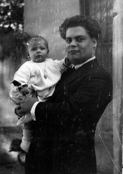 Joan Estelrich amb la seva filla Anna Maria en braços, el 1923.