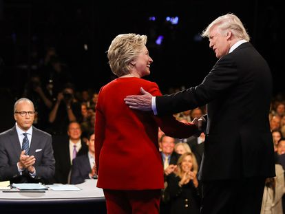 Los candidatos Hillary Clinton y Donald Trump se saludan antes del debate.