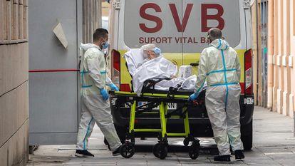 Varios sanitarios trasladan a una anciana a un hospital, este lunes en Valencia.