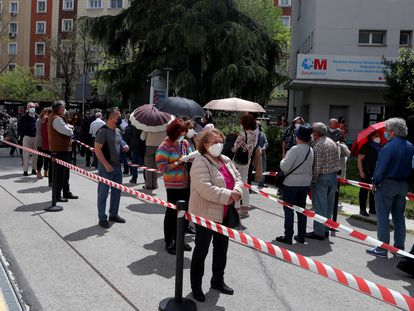 Varias personas esperan para recibir la vacuna contra la covid-19, a 27 de abril de 2021, en el Hospital Gregorio Marañón, en Madrid.
