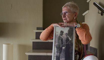 Maixabel Lasa, con una foto de ella y su marido cuando tenían 16 años.
