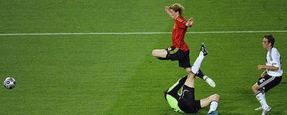 Tras superar a Lahm y rematar, Fernando Torres salta sobre Lehmann mientras observa cómo el balón cruzado se dirige hacia el fondo de la red alemana.