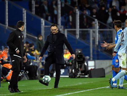 El entrenador del getafe, José Bordalás, controla un balón en la banda durante el partido contra el Celta.