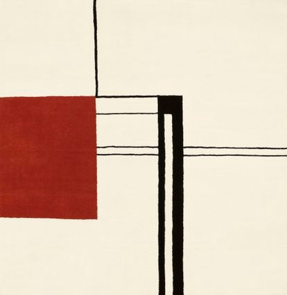 Alfombra Wendingen, 1926-1935 - Eileen Gray no solo creó algunos de los muebles clásicos más importantes del siglo XX, sino que también tenía su propio estudio en el que se producían alfombras según sus diseños. Tras un viaje a Marruecos quedó fascinada con la producción textil tradicional, a la que incorporó el lenguaje artístico de vanguardia con el que estaba en contacto. La Wendingen es un tributo a la revista de arquitectura holandesa, del mismo nombre, que hizo famosa a Eileen Gray, publicando un monográfico sobre su trabajo como diseñadora e interiorista mientras la crítica francesa aún no la acogía. Editadas por ClassiCon estas son obras maestras de arte textil abstracto de pura lana virgen 100%, con una densidad de 80 nudos por pulgada cuadrada. Esta es la única pieza que no pertenecía a la casa E.1027- ©ClassiCon