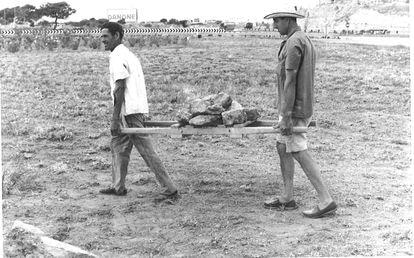 Dos arqueólogos transportan las piedras del santuario de Son Oms, en Palma.