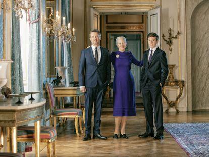Retrato oficial por el 80º cumpleaños de la reina Margarita de Dinamarca, con su hijo Federico y su nieto Christian.
