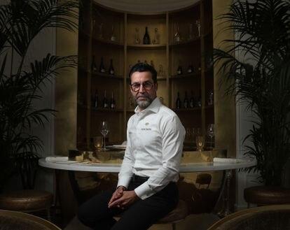 El chef Quique Dacosta en el Champagne Bar del Hotel Mandarin Oriental Ritz de Madrid.