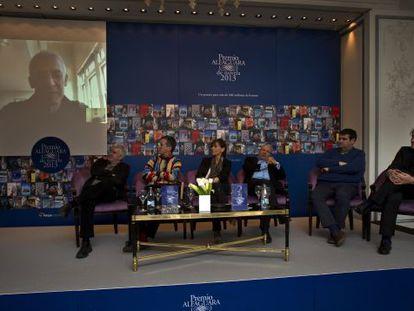 José Ovejero conversa por videoconferencia con el jurado: Antonio Ramírez, Xavier Velasco, Annie Morvan, J. M. Pozuelo Yvancos, Jordi Puntí y Manuel Rivas.