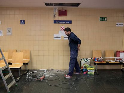 Un operario trabaja en el centro de especialidades periférico José Marvá, en Madrid.