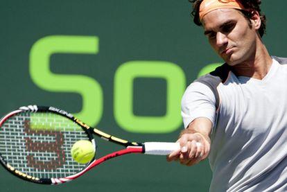 Federer golpea la pelota durante el partido.